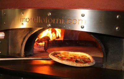 Pizzazubereitung im Holzofen