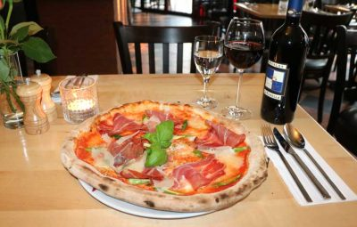 Italienische Pizza zubereitet im Holzofen